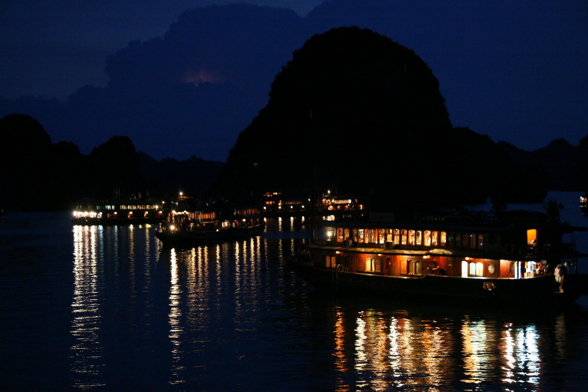 Thưởng ngoạn trêndu thuyền ở Vịnh Hạ Long